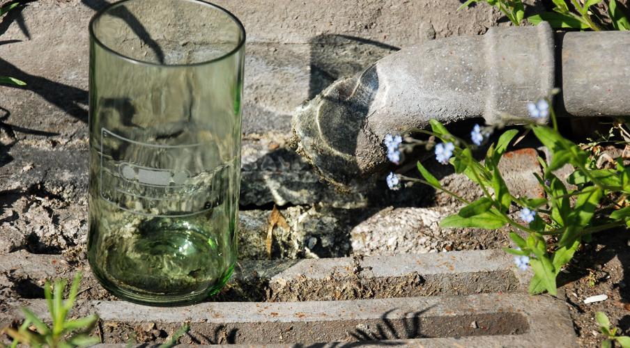 Sandgestrahltes Kassettenmotiv auf leicht grünlichem Glas