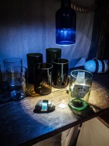 Trinkgläser und Zwischenglasstein auf einem Holzstand am Mittelaltermarkt Fürth
